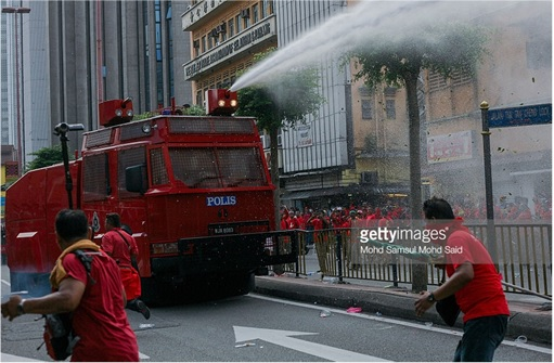 UMNO Red Shirts Rally Charming Message - FRU Police Unleashes Water Cannon