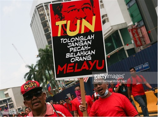 UMNO Red Shirts Rally Charming Message - Mahathir Stop Splitting Malay