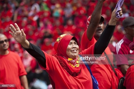 UMNO Red Shirts Rally Charming Message - Mak Cik Raising Hands Like Titanic