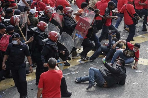 UMNO Red Shirts Rally Charming Message - Police Beating Red Shirts Down on Street