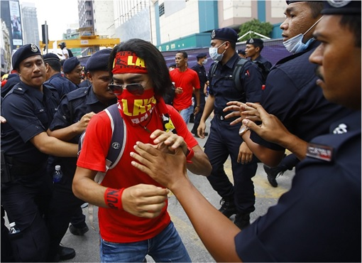 UMNO Red Shirts Rally Charming Message - Red Shirt Cornered by Police