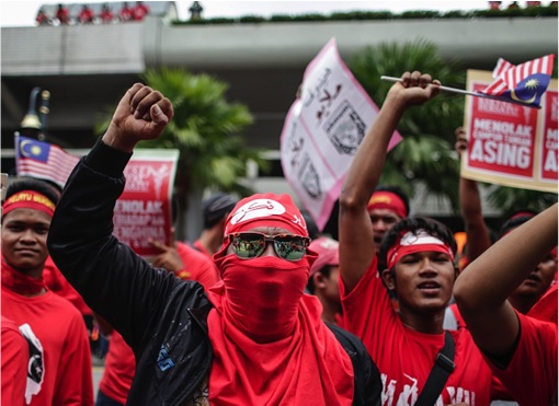 UMNO Red Shirts Rally Charming Message - Young Chap Raising Hand - Mat Rempit
