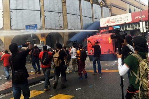 UMNO Red Shirts Rally - FRU Unleashes Water Cannon 2