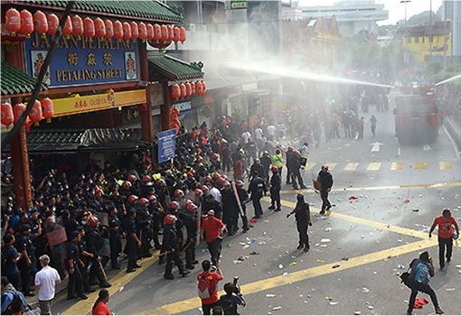 UMNO Red Shirts Rally - FRU Unleashes Water Cannon 3