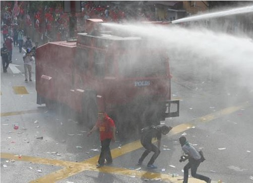 UMNO Red Shirts Rally - FRU Unleashes Water Cannon