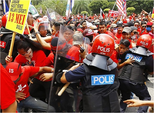UMNO Red Shirts Rally - Riot Police With Protesters