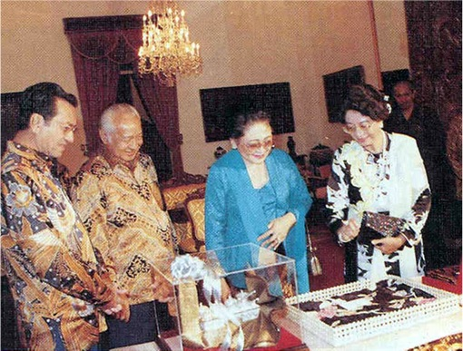 Go Back Indonesia - Mahathir and Suharto - Close Friends