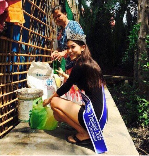 Miss Uncensored News Thailand 2015 - Khanittha Mint Phasaeng - Collect Garbage with Mom Wearing Tiara and Sash