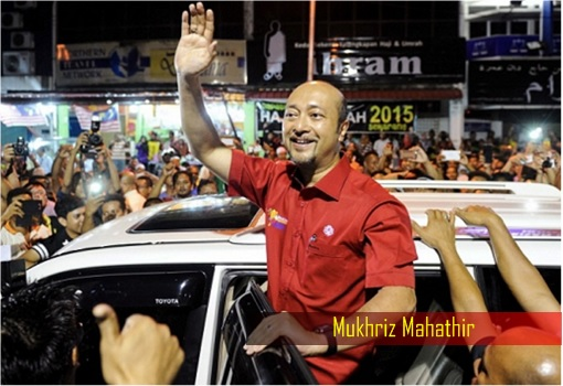 Mukhriz Mahathir Waving to Crowd