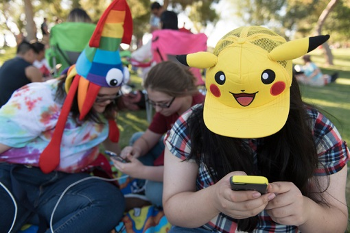 Pokémon GO - Pokemon Mobile Game - Addicted Players At Park