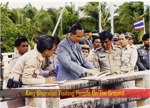 king-bhumibol-visiting-people-on-the-ground