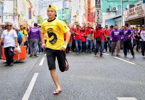 bersih-5-0-a-yelow-shirt-demonstrator-running-away-from-red-shirt-mobs