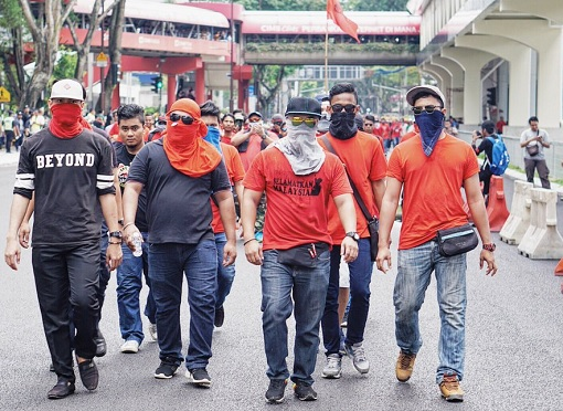 bersih-5-0-blackshirt-and-redshirt-hide-faces-marching-like-gangsters