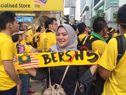 bersih-5-0-malay-girl-displaying-banner