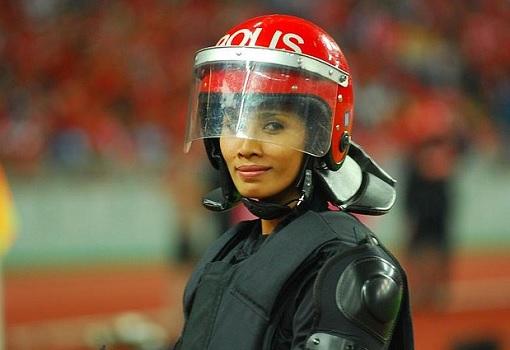 bersih-5-0-woman-fru-police-smiling