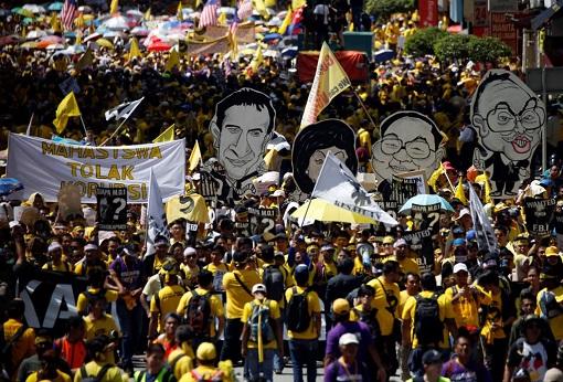 bersih-5-0-yellow-shirts-demonstrating-najib-rosmah-jho-low-riza-aziz-cutboard-effigy