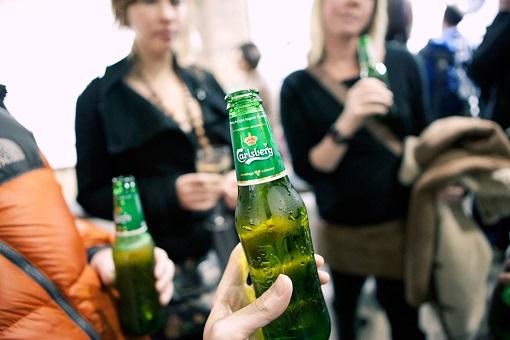 carlsberg-socializing-drinking-beer
