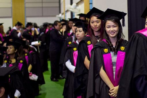 curtin-university-sarawak-graduates-waiting-to-receive-testamus