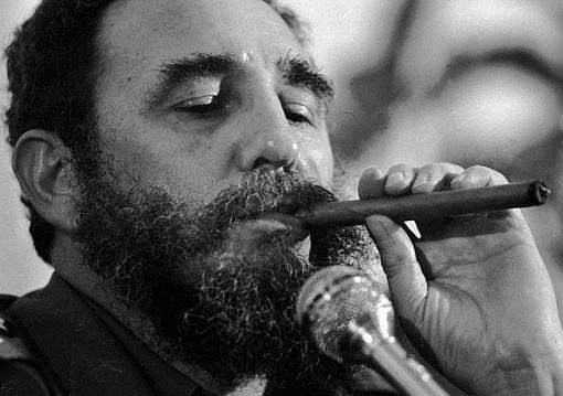 fidel-castro-enjoying-cigar