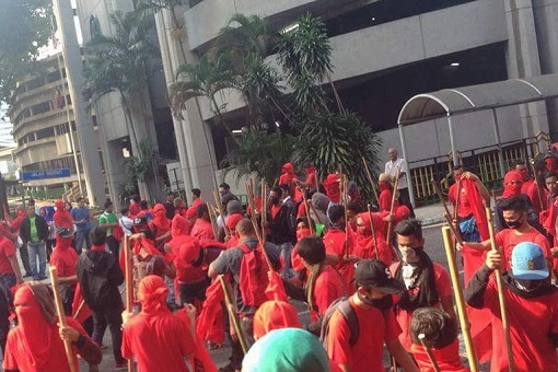 redshirt-bajumerah-protesters-with-mask-and-sticks