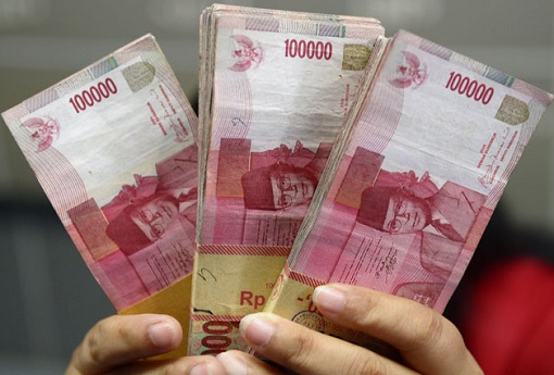 indonesian-currency-holding-100000-rupiah-notes
