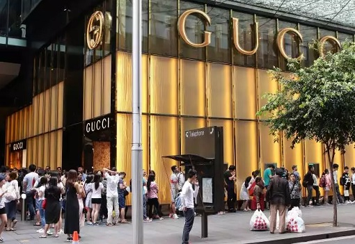 Rich Chinese Students Shopping at Gucci Australia