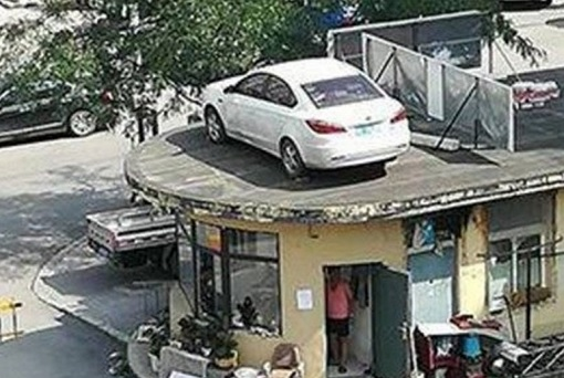 China - Woman Illegally Park Her Car - Car On Roof 2