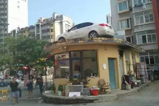 China - Woman Illegally Park Her Car - Car On Roof 3