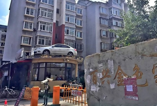 China - Woman Illegally Park Her Car - Car On Roof