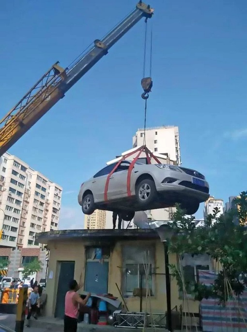 China - Woman Illegally Park Her Car - Crane Lifting Car To Roof