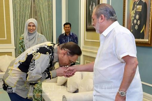 Anwar Ibrahim Meets Sultan of Johor -Kissing Hand