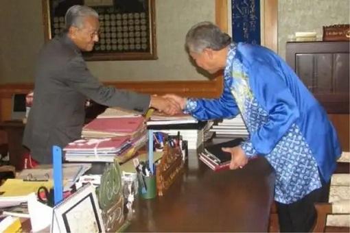 Zahid Hamidi Meets Mahathir Mohamad - Bend Over