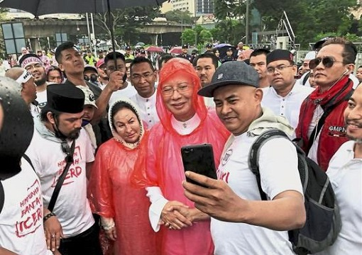 Anti-ICERD Rally - Najib and Rosmah Welcomed by Fans