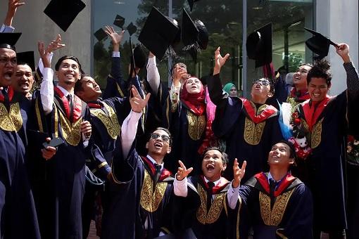 Malaysia University Graduates - Graduating