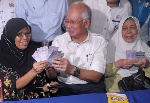 Najib Gives Cash Money To Village Folks