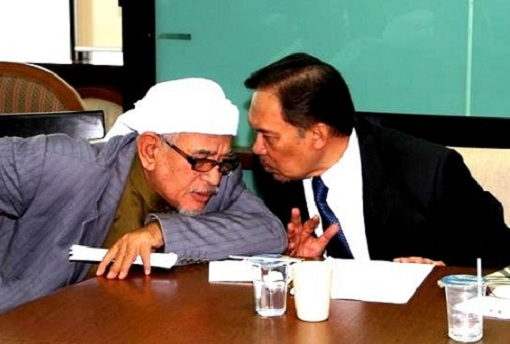 Anwar Ibrahim with Hadi Awang - Whispering