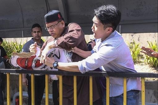 University Malaya Student Protest Crooked Najib - Attacked by UMNO Lokman Noor Adam
