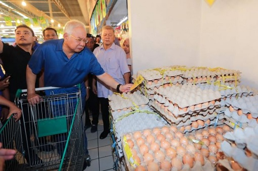 Sandakan Sabah By-Election - Najib Buys Eggs at Giant Supermarket