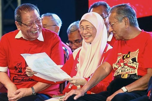 Lim Kit Siang and Wan Azizah and Mahathir Mohamad - Laughing