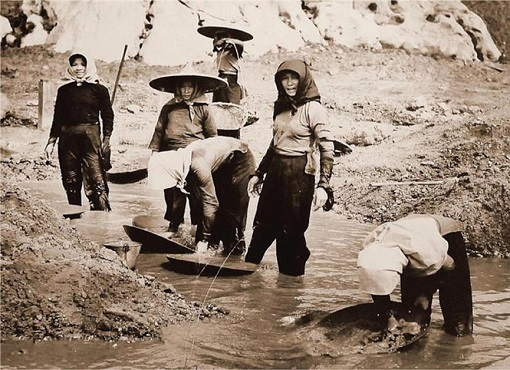 Chinese Women Work in Tin Mine - Malaya