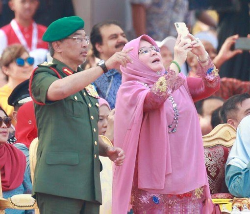 The King Sultan Abdullah and Queen Azizah - Taking Photographs