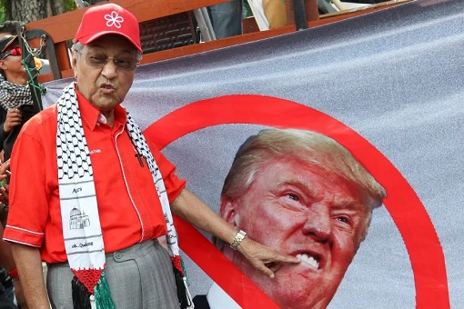 Mahathir Accuses Trump As International Bully - Gesture At Photo