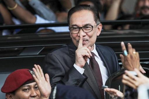 Anwar Ibrahim - Silent Gesture