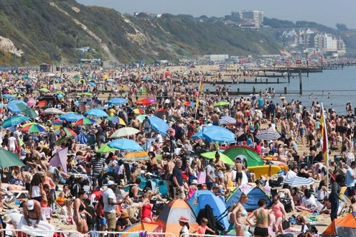 Coronavirus - UK Britain - People Packing Beach Despite Covid-19 Lockdown