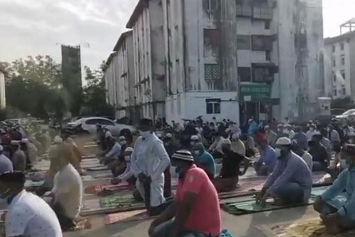 Hundreds of Bangladeshis Praying During Hari Raya Haji Aidiladha On Road