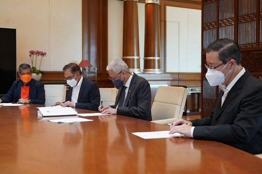 Bipartisan Consensus Signing - PM Ismail Sabri and Pakatan Harapan Leaders - Anwar Ibrahim, Mat Sabu, Lim Guan Eng
