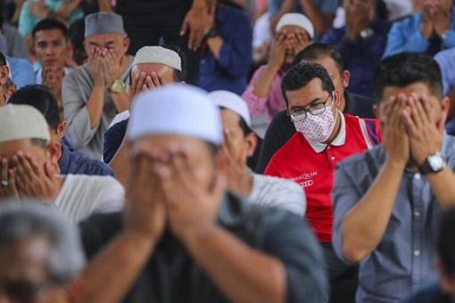 Coronavirus - Malay Muslims Praying